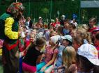 Веселые конкурсы для детей от Бабы Яги на праздновании Дня защиты детей в Москве. 1 июня 2016.