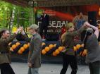 Хореографический коллектив на праздновании 71-й годовщины Победы в Великой отечественной войне проводит интерактив со зрителями