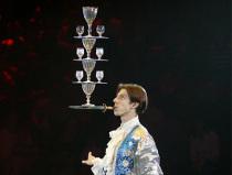 Оригинальное шоу баланс бокалов на ноже Москва