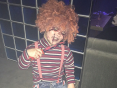 Карлик в образе кукла Чаки на хэллоуин Москва