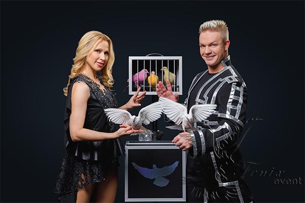 Иллюзионное шоу трансформации костюмов с голубями