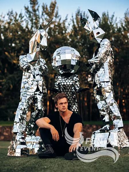Артисты в зеркальных костюмах на праздник Москва