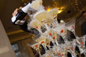 Пирамида шампанского на встречу гостей Москва