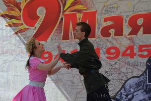 Танцевальный коллектив на день Победы 9 мая