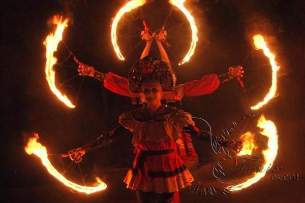 Огненное фаер шоу на масленицу в Москве в русском стиле